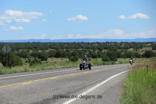 Gegend mit Motorradfahrer
